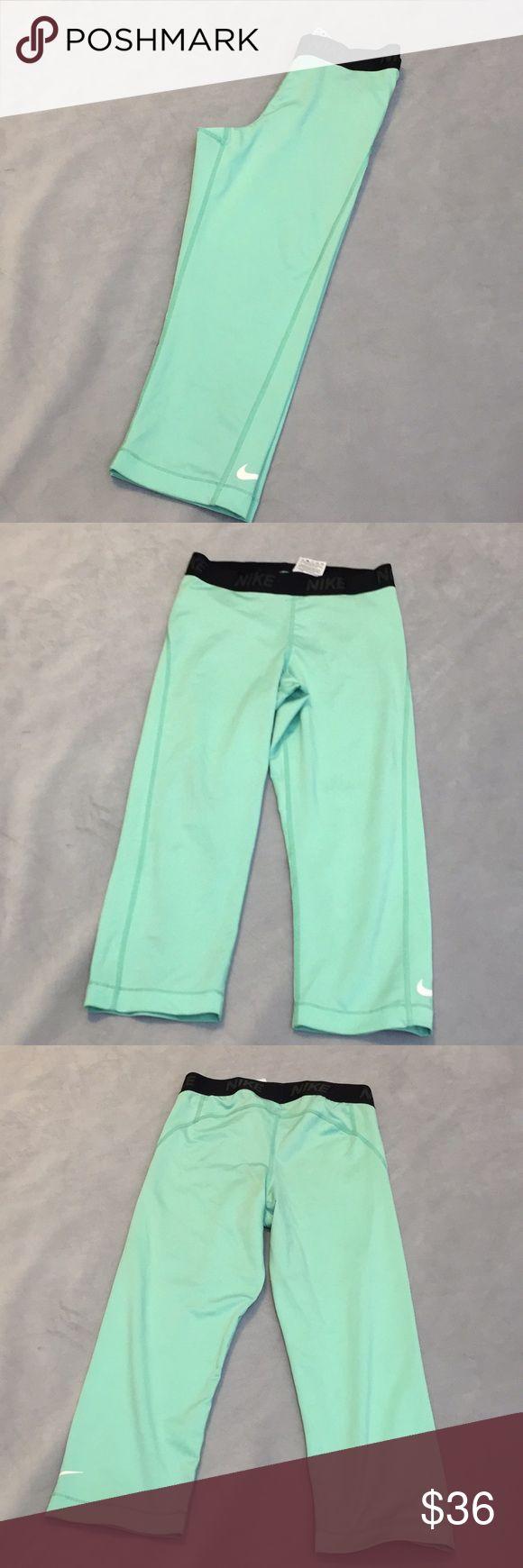 "NIKE mint Capri pants sz Small NIKE mint Capri pants sz Small. Excellent used condition. 25"" length, 17"" inseam. Nike Pants Capris"