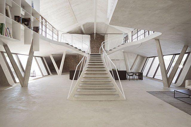 Merdiven Etrafında Dönen Bir Çatı Katı