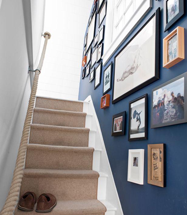 escada com quadros