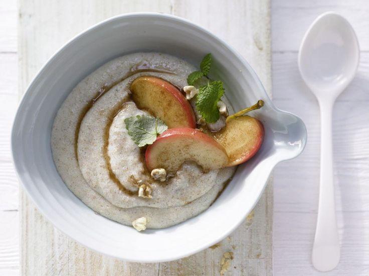 Vanille-Grießbrei mit gedünsteten Äpfeln und Nüssen: Was gibt es Schöneres, als morgens von süß-aromatischem Grießbrei-Duft geweckt zu werden?