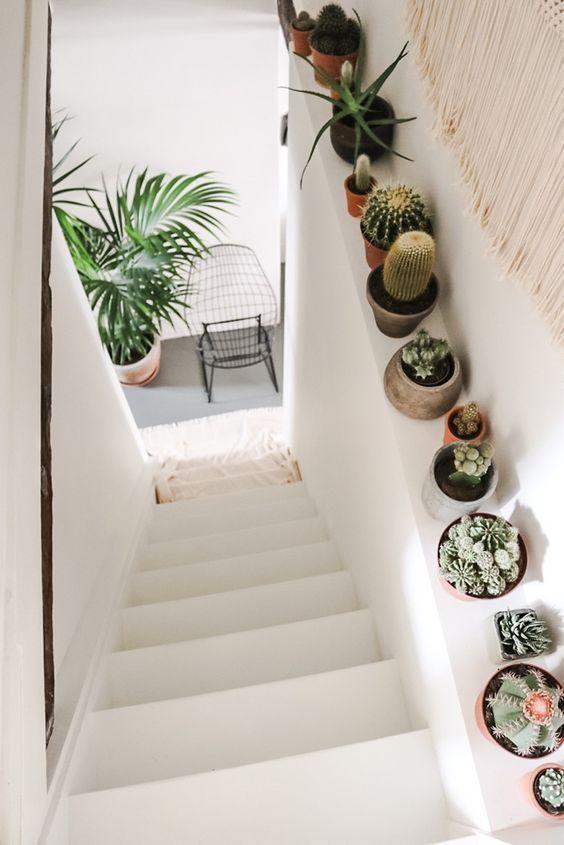 Une ribambelle de petits cactus le long de l'escalier pour un touche bohème dans la maison