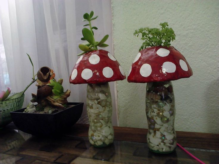 hongos hechos con una botellita de coca cola  yeso  papel