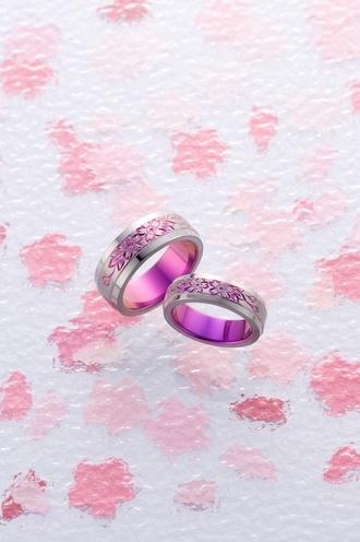 輪-RIN-  結婚指輪 チタンカラーリング  「咲耶姫」  桜の手彫りが指先を華やかにさせる「咲耶姫」。強固で加工困難とされていたチタンに手彫りの可愛らしい桜が施されたリング。ピンク・グリーンの発色が可能。軽くて丈夫なので着け心地が良く、デリケートなお肌にも優しい最先端素材。