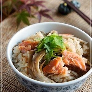 旬の秋鮭と舞茸の炊き込みご飯です。 香り良いごぼうは名脇役♪ めんつゆベースなので簡単ですよ(*^^)v