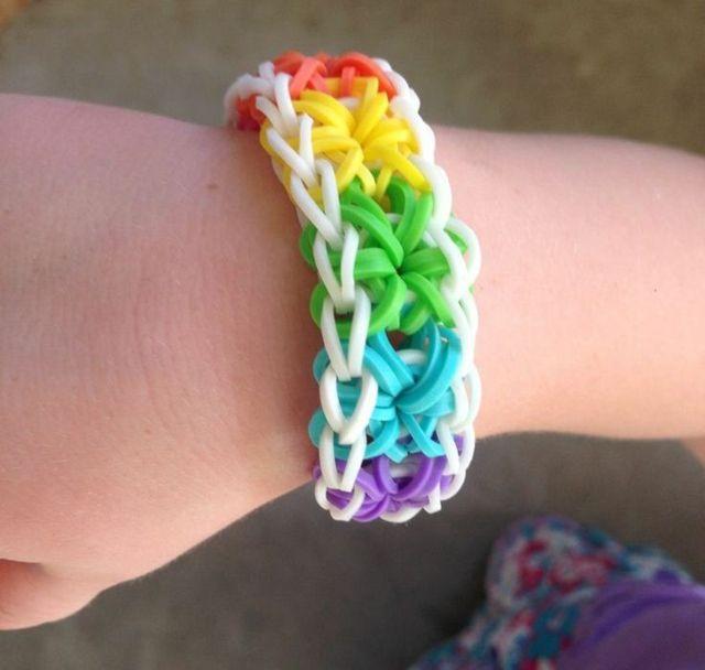 Armbänder selber knüpfen Gummi bunt Regenbogen