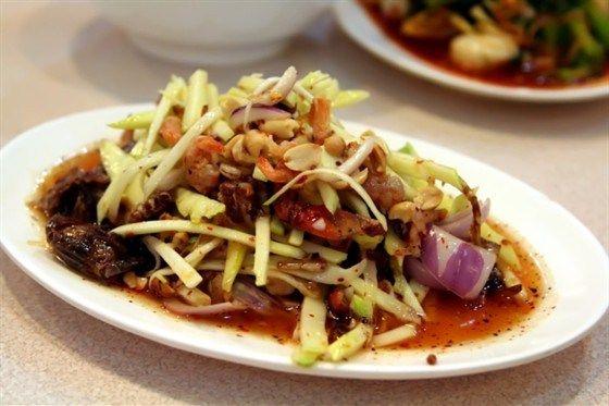 Крабовый салат с зеленым манго и кокосом
