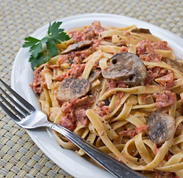 Фетуччине в томатно-сливочном соусе с грибами не самый простой рецепт, но вкус блюда затмит все сложности приготовления.Пошаговый рецепт.