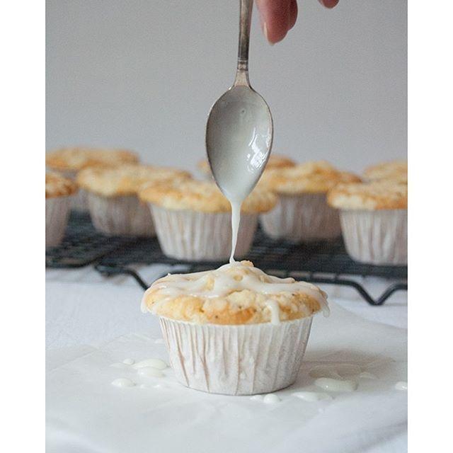 Rezept für Zitronen-Mohn-Muffins mit Streuseln und Zitronenglasur auf'm Blog…
