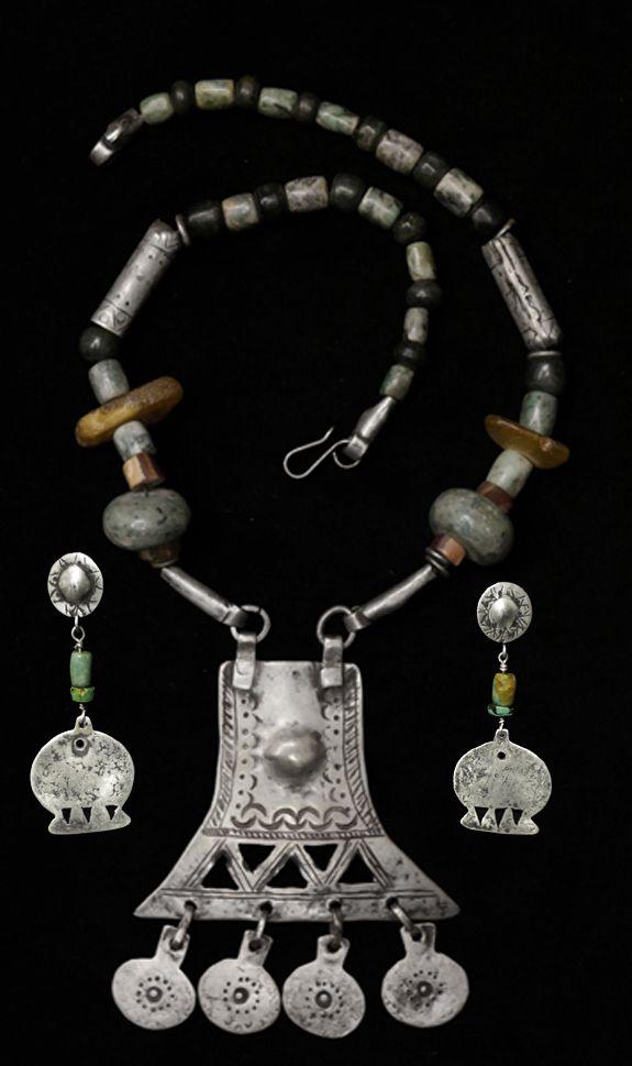 collar con centro mapuche y piedras duras, aros haciendo juego.www.platanativa.com