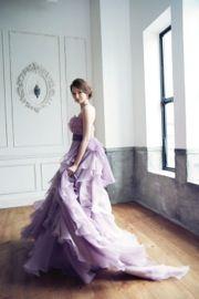 花びらをあつめたかのようなふんわりと愛らしいトップス。淡いラベンダーのオーガンジーとパープルのチュールのスカートが女性が持つ気高さと優美な印象を与えるカラードレスです。http://dress.novarese.jp/colordress/btnv193.html