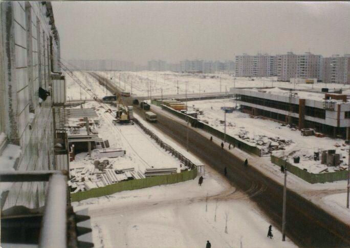 Если я верно понимаю, снимаю из дома на Айвазовского. Боковой вид на стройку универмага Ясенево.