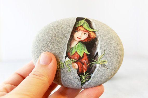 Piedra pintada. Única piedra de colección hecha a la medida. Hadas, sprite del bosque pintan rock. Playa de guijarros arte.