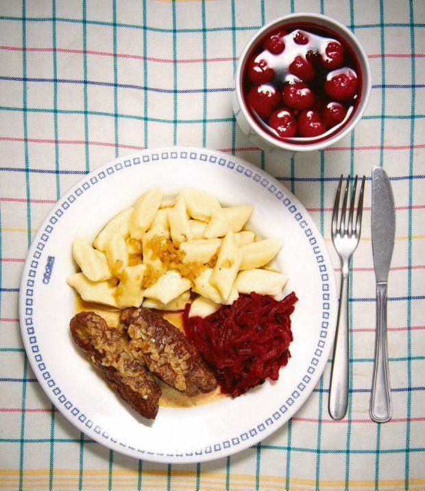 Zestaw 1: kopytka, zrazy babci Reni, sałatka z gotowanych buraczków, kompot wiśniowo-jabłkowy