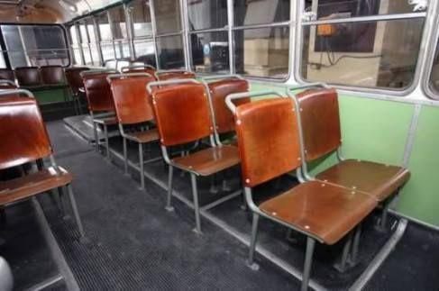 Με αυτά τα καθίσματα του αστικού, στο πρώτο φρενάρισμα γινόσουν συνοδηγός..