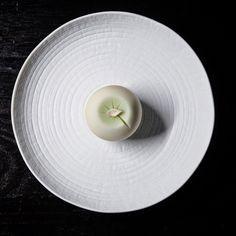 """一日一菓 玉華寂菓 「睡蓮」 煉切製 wagashi of the day """"Water lily"""" 本日は久々に玉華寂菓で睡蓮を表現しました。 睡蓮の花弁のことを「蓮華」と言いますが、 ラーメンに付いてくるレンゲの語源は、 この花弁の「蓮華」に形が似ている事から、 そう呼ばれるようになったそうです。 咲けば艶やかな花ですが、葉の上にひとひら舞う儚さも美しい花の一つです。 #和菓子 #和菓子職人 #職人 #菓子 #煉切 #neriki #ねりきり #wagashi #あん #伝統 #japan #sweet #cake #artist #candy #art #工芸 #技法 #Waterlily # #"""