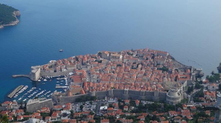 Fan van Game of Thrones? Vast wel :) Reporter Martine is geweest waar anderen alleen maar van kunnen fantaseren. Zij heeft op plekken gestaan waar de serie deels is opgenomen. Wat een mazzel! Haar vakantiebestemming, Dubrovnik in Kroatië, is onder andere Westeros en Qarth opgenomen...