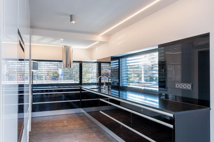 lakovaná kuchyně Prestige - černé a bílé sklo