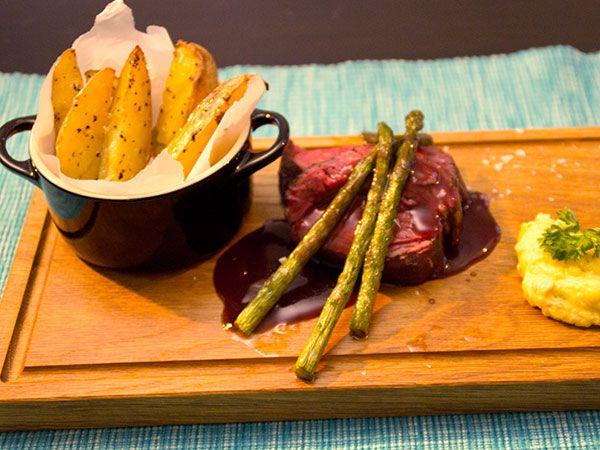 Oxfilé tillagad i ugn, potatisklyftor och smörstekt sparris. Serveras med Elins hemgjorda chilibearnaise och rödvinssky.