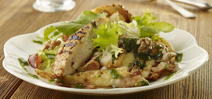 Grillowane filety z kurczaka z gruszkami i serem oscypek podane z emulsją z pietruszki i orzechów włoskich