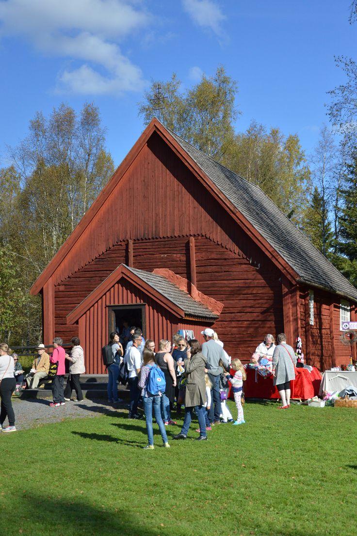 Turkansaaren kirkon portailla voi hetken lepuuttaa jalkoja ja nauttia auringinpaisteesta. Luuppi, Oulu (Finland)