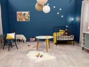 Une chambre de garçon en bleu nuit - par carnet-deco