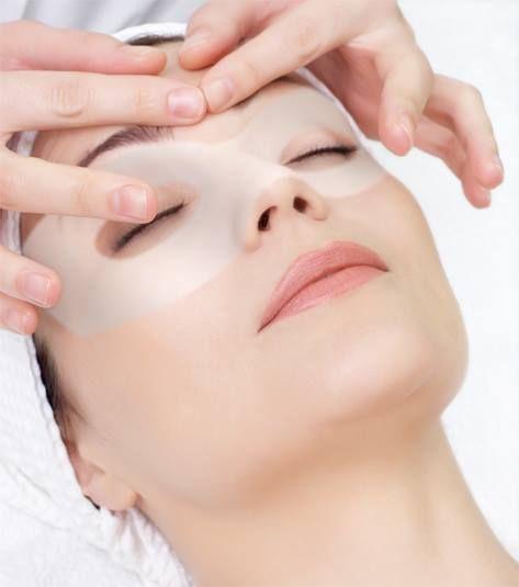 """Oczy i ich oprawa to jeden z najważniejszych elementów kobiecej urody. Skóra tych okolic jest przez to bardziej delikatna, wrażliwa i podatna na podrażnienia spowodowane źle dobranymi kosmetykami, niewłaściwą pielęgnacją. Tutaj także szybciej tworzą się pierwsze zmarszczki, nazywane """"kurzymi łapkami"""". Coraz częściej za oknami pojawia się słońce, którego promienie wysuszają naszą skórę. Pamiętajmy więc o peelingach, masażach okolic oczu oraz dobraniu odpowiednich preparatów ochronnych."""