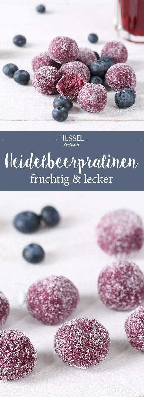 Aus wenig Zutaten lassen sich im Handumdrehen köstliche Heidelbeerpralinen zaubern. Perfekt für warme Sommertage und als Hingucker für die Hochzeit.