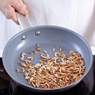 Für Pesto genovese oder als Topping für Suppen und Salate - Pinienkerne schmecken angenehm süßlich und leicht nach Mandeln. Besonders aromatisch duften sie, wenn Sie die Pinienkerne rösten.