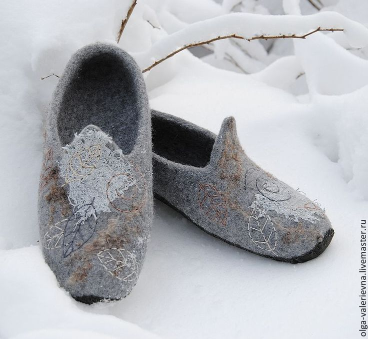 Felted slippers made by Olga Demjanova. Videotutorial is now available in English, French, German and Spanish.