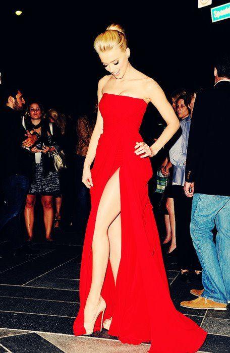 Um vestido vermelho, uma fenda poderosa e nada mais