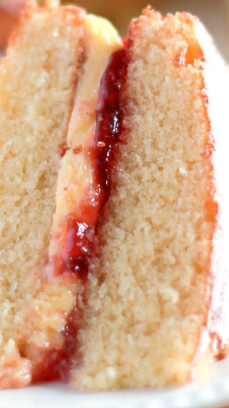 Victoria Sponge Cake Recipe ~ It has a delicious raspberry jam and butter cream filling that takes the classic Victoria sponge to a higher level