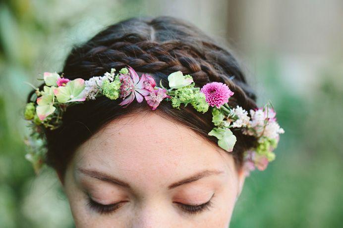 Ich mag Blumenkränze ins Haar. Aber mit echten Blumen. Vielleicht ein schöner Hinweis für Blumenläden statt Blumensträusse.