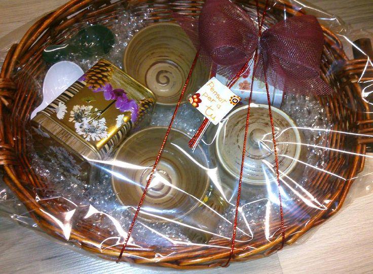 Tetera estilo japonés con dos tazas y dos latitas llenas de té con dos cucharas medidoras. #cestanavidad #navidad #nadal #reyes #reis #cesta #cistella #amigoinvisible #amicinvisible #té #tecaliente #tealover #te #teatime #tiempodete #lataste #teblanco