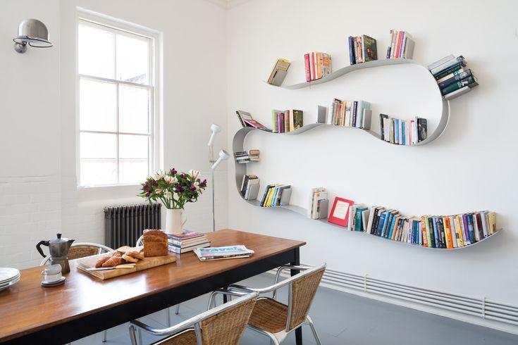 Книжные шкафы и полки с изогнутой формой, которые могут преобразить убранство апартаментов