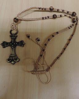 Le guille doux : Bijoux et Accessoires: Collier macramé perles bois et croix bronze