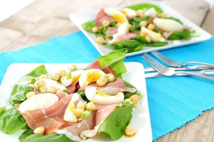 In dit spinazie salade recept hebben we serranoham gebruikt. Een heerlijke ham die goed smaakt bij een gekookt eitje. Door de ei en hazelnoten in dit recept ben je lang verzadigd.