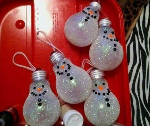 Te enseñamos cómo hacer unos bellos adornos de Navidad con bombillos reciclados, no te pierdas este paso a paso.