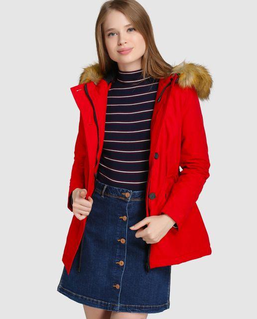 Parka en color rojo. Tiene capucha con pelo, cierre oculto por tapilla con botones y cuatro bolsillos frontales.