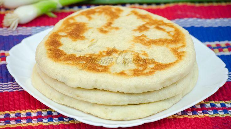 Reteta Placinte cu branza in tigaie Reteta : http://www.jamilacuisine.ro/placinte-cu-branza-in-tigaie-reteta-vide/ Pentru mai multe retete culinare video urm...