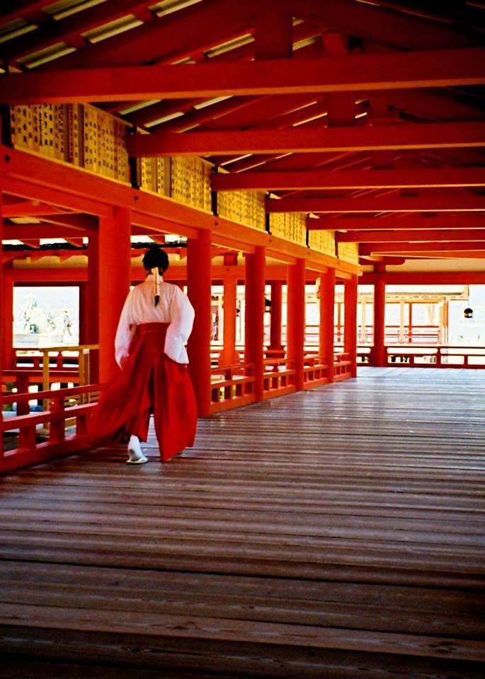 A miko dressed in junihitoe