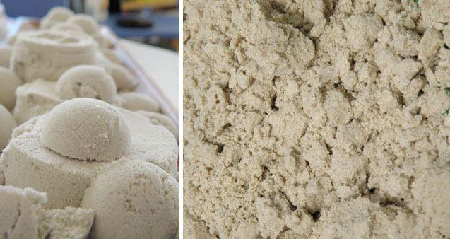 Ещё для игры дома с песком удобно использовать всё те же пластиковые контейнеры.    Но наполнить их можно не обычным песком, а сделать, например , так называемый, лунный песок. Он отличается от обычного тем, что держит форму, как мокрый песок, но при этом сам он не мокрый и не прилипает к рукам.    Для этого понадобится:    4 чашки мелкого(просеянного песка)  2 чашки крахмала или кукурузной муки  1 чашка воды