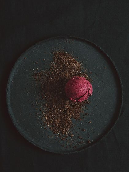 Don't understand this language but it looks good so ill just call it raw vegan sugar-free raspberry ice-cream with crumbled raw Cacao ...needs some mint garnishing and a few edible fleurs