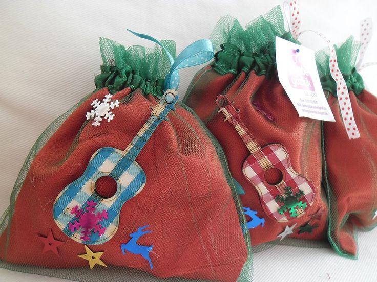 yeni yıl keseleri bir müzik okulunda dağıtıldı