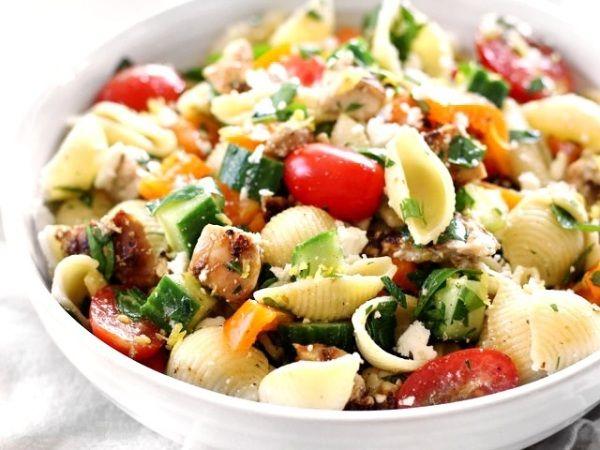 Салат с макаронами и курицей Приготовьте салат с макаронами, курицей и сыром – отличный вариант перехода не легкое летнее питание: просто, легко, вкусно и сытно!