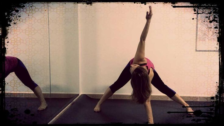 Te muestro un estiramiento muy completo, que estira tus piernas sobre todo en la parte posterior  e interior, todo tu torso, pecho y espalda, la musculatura profunda, la pelvis y tus brazos.