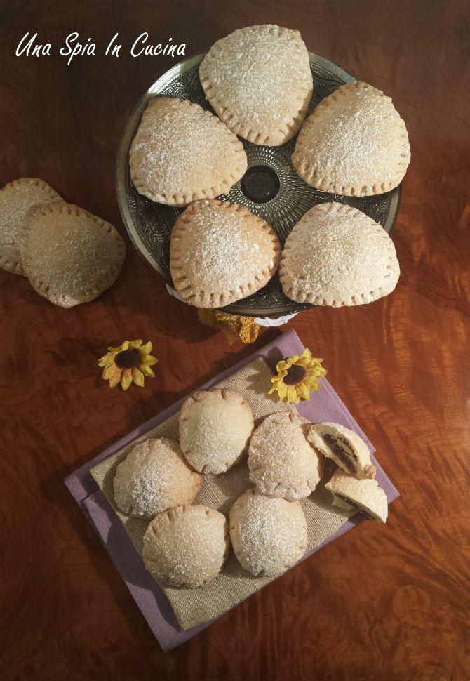 I biscotti ripieni di frutta secca, cioccolato e confettura di zucchine spinose hanno un profumo e un gusto pieno e ricco. Sono ottimi insieme al tè