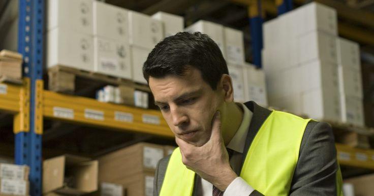 ¿Cuáles son los deberes de un encargado de almacén?. Un asociado de almacén -también conocido como un empleado de almacén-, trabaja en los depósitos de tiendas al por menor, así como en las instalaciones de almacenes y fábricas. Para ser contratado como empleado de almacén, por lo general, debes tener un certificado de secundaria o preparatoria (GED). Las tareas realizadas por un almacenista se ...