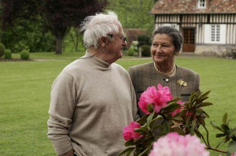 Simone et Antoine Veil dans le jardin de leur maison en Normandie.