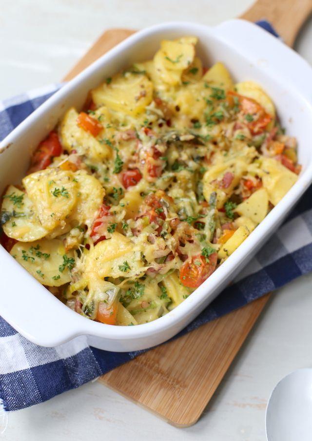 Aardappelovenschotel met onder andere prei en spekjes. Serveer er nog een frisse salade bij.