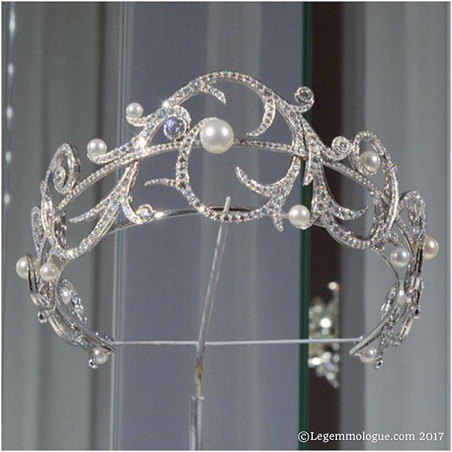 """✨ New post on legemmologue.com - Je vous parle aujourd'hui de la très belle collection #hautejoaillerie de la maison @chaumetofficial. Sur la photo, le diadème de la parure #ValsesDHiver en or gris, #diamants et #perles #akoya. Bonne lecture ! Today, we speak about the beautiful new #highjewelry collection of #Chaumet. On my photo, the diadem from """"Valses d'Hiver"""" ensemble. White gold, #akoyapearl and #diamonds. Enjoy !"""